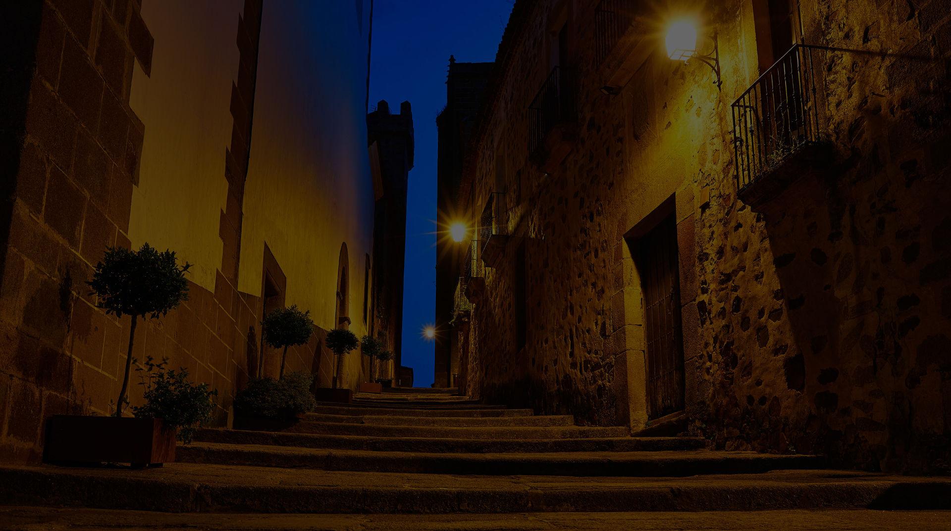 home slide 2 - Calle de Cáceres por la noche
